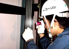 安全のためのエレベーター点検作業の様子